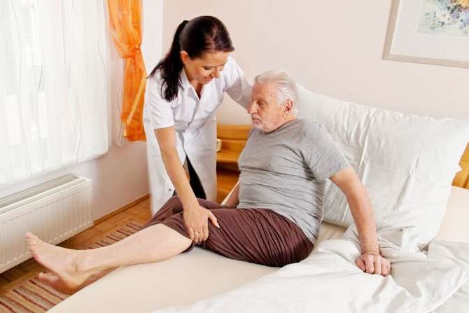 Догляд за лежачими хворими в будинку для літніх людей
